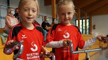 Pia Gutmann (links) und Leni Daxkobler vom RSV Gutach zeigten bei ihrem ersten Wettkampf eine sehr schöne Kür.