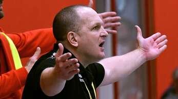 Mirko Reith, Trainer des TV Herbolzheim, lebt an der Seitenlinie mit.
