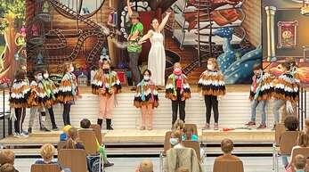 """Die beiden Akteure Alisha Funken und Frederik Baldus führten die Willstätter Grundschüler an den Kulturzweig """"Oper"""" heran."""