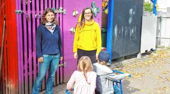 Sonja Bürkle (links) und Silke Harter hoffen auf eine neue Gartenhütte für die Sonnenkinder in Zell-Weierbach.