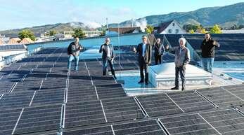 Die neue Anlage der Firma Birk (von links): Stefan Huber (Technik Stadtwerke), Herbert Birk, Erik Füssgen, Tobias Vespermann, Rainer Bender (BUND), Sebastian Harter (Technik Elektro Birk) bei den neuen PV-Dachanlagen.