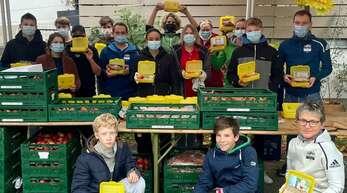 Isabella Struck (hinten Mitte) packte mit vielen fleißigen Helfern Hunderte von Bio-Brotboxen für die Erstklässler in der Region.