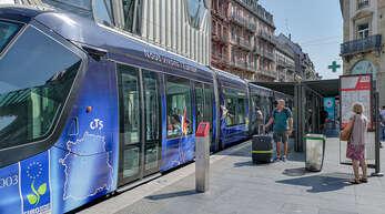 """Ein gefährlicher Trend greift auch in Straßburg um sich: Jugendliche springen von hinten auf eine fahrende Tram auf. Das Ganze wird dann als """"Mutprobe"""" in den sozialen Netzwerken geteilt."""