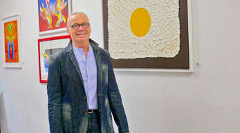 Uwe Zeibig stellt in der Tauchschule Delphin seine Werke aus.