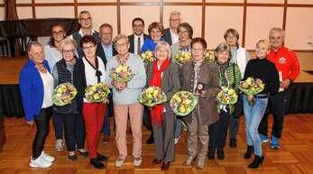 Bundes, Landes und Vereinsehrungen gab es bei der Feier zum 160. Jubiläum des Turnvereins Achern, unter den Geehrten waren 50er und 40er Jubilare und von der Vorsitzenden Uschi Hamerski (1. Reihe ganz links) ernannte Ehrenmitglieder.