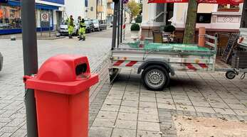 Der Einwurfschlitz der schicken Edelstahlmülleimer in der Fußgängerzone ist für größeren Abfall wie Kartons zu klein. Behelfsweise hat die Stadt rote Tonnen aufgestellt.
