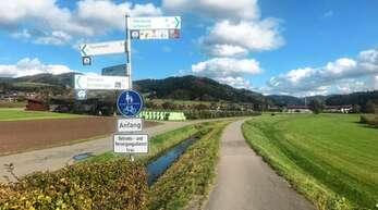 Ein Teilstück des Damms bei der Eschau in Fischerbach ist nicht asphaltiert. Deshalb verläuft der Radweg unten auf der Straße.