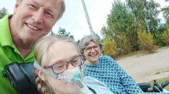 """Cathérine Ott ist eins der zwei Hausacher """"Bärenkinder"""" 2021. Sie kämpft sich mit Mama Jeanette und Papa Matthias fröhlich, aber dennoch hart durchs Leben."""
