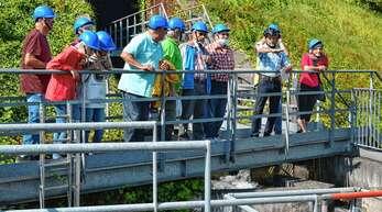 Ausgestattet mit Helm und unter fachkündiger Führung geht es für die Teilnehmer der besonderen Führung auch an jene Orte der Fischtreppe Rheinau/Gamsbeim, die normalerweise nicht für die Öffentlichkeit zugänglich sind.