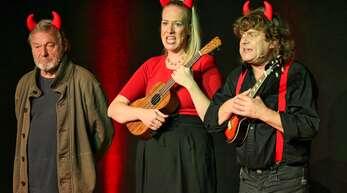 Burkhard Damrau (von links), Elisabeth Sonntag und Detlef Nier als wegen ihrer Erfolgslosigkeit in den Himmel verbannte Teufel.