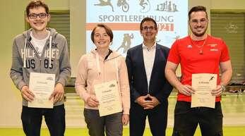 Sehr gute Erfolge auf regionaler, badischer und deutscher Ebene erzielten 2020 und 2021 die Dauergäste bei der Sportlerehrung (von links) Thilo Ehmann, Johanna Ehmann und Lucas Lauber, die Bürgermeister Stefan Hattenbach (Zweiter von rechts) auszeichnete.