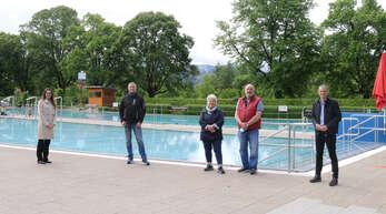 Später als geplant, am 22. Mai startete die Oberkircher Freibadsaison. Unser Foto zeigt Fachbereichsleiterin Clarissa Isele, Betriebsleiter Armin Stäbler, die Kiosk-Pächter Dorothea und Egon Steffen sowie Bürgermeister Christoph Lipps (von links).