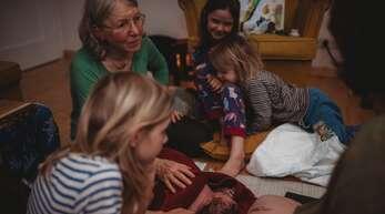 Die Offenburger Hebamme Raphaela Greminger wird 70 Jahre alt. Sie half bestimmt 2000 Babys auf die Welt.