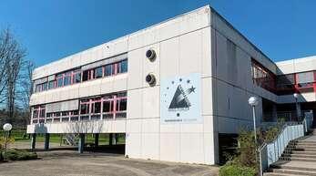 Bunt statt grau: Auch an der Fassade des Hans-Furler-Gymnasiums soll sich durch die Sanierung etwas ändern.