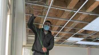 An den Obergeschossdecken der Schule sind weitere Maßnahmen nötig.