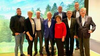 Feierten das 25-jährige Bestehen des Kuratoriums (vorne von links): Johannes Vetter, Christina Obergföll, Hans Weber, Matthias Brandis, Charlotte Niemeyer, Werner Kimmig, Willi Stächele. Hinten: Bernd Rendler (links), Boris Obergföll (rechts).
