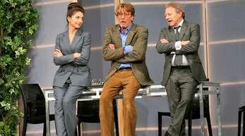 Alfred Henrich (Michael von Au, Mitte) verzweifelt an der Kundenbetreuung seiner Bank, gespielt von Bianca Hein (links) und Axel Pape (rechts).