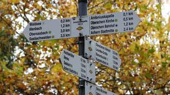 Der Weg in die Zukunft des Acherner Schwarzwaldvereins bleibt ungewiss – hier ein Wegweiser mit Wanderzielen rund um Achern und der Gelben Raute des Schwarzwaldvereins.