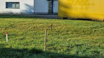 Der zukünftige Standort der Bouleanlage hinter der Gemeindehalle und Feuerwehrhaus wurde bereits abgesteckt.