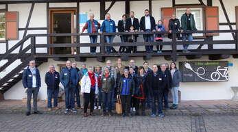 Die Gemeinderäte von Still und Oberwolfach vor dem MiMa. Auf dem Balkon Mitte links Maire Alexandre Goncalves, Mitte rechts Bürgermeister Matthias Bauernfeind.