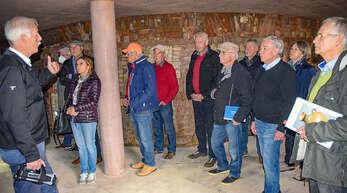 Im Rundofen erläuterte Fritz Riehle (links) den Mitgliedern des Fördervereins, wo es später Informationen zur Geschichte der Keramikproduktion für Besucher geben wird.