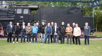 Das 50. Semestertreffen der Absolventen der Ingenieursschule vor der Dampflokomotive an der Offenburger Hochschule.
