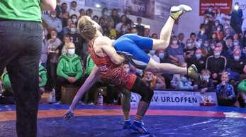Victor Ciobanu (in Rot) legte bei seinem ersten Kampf seit dem Gewinn der Weltmeisterschaft in Oslo einen spektakulären Auftritt hin.