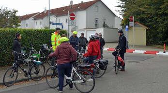 Stadtberadelung des Arbeitskreises Radverkehr:Teilnehmer der Beradelung bei der neuen Einbahnstraße in der Pfarrgasse