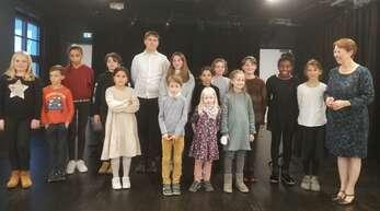 Nach dem Konzert war die Freude und Erleichterung bei den jugendlichen Musikern groß. Rechts neben den Kindern steht die Pianistin und Dozentin Sylvie Gless.