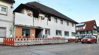 Abgesperrt ist nach dem Brand am späten Freitagabend das Anwesen in der Urloffener Hauptstraße 114. Die Feuerwehr konnte zwar ein Übergreifen der Flammen verhindern, fand aber in dem Gebäude eine leblose Person vor.