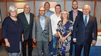 200 Jahre Treue und Mitarbeit ehrte die Geschäftsleitung von Möbel Seifert. Nach über 50 Jahren wurde der frühere Geschäftsführer Edmund Seifert (rechts) von Geschäftsführer Emanuel Seifert (Zweiter von rechts) abgelöst.
