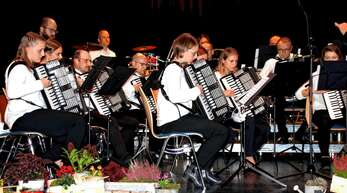 Das Erste Orchester des Harmonikavereins Ramsbach mit Dirigent Christoph Müller beim Herbstkonzert in der Günter-Bimmerle-Halle.