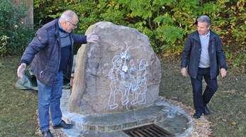 """Im """"Obertal"""" in Zell-Weierbach wurde am Standort eines einstigen Brandweihers von Willi Wunsch (links) und Alfons End ein neuer Brunnen enthüllt."""