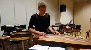 Mit der Toccata III von Johann HieronymusKapsberger begeisterte Sophia Schmid solistisch auf einer modernen Stehtisch-Zither.
