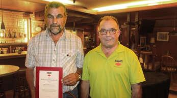 Der Vorsitzende des Schwarzwaldvereins Schapbach, Josef Oehler, ehrte Adolf Armbruster (links) für 40-jährige Mitgliedschaft mit dem goldenen Treuezeichen und Urkunde.