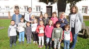 """Die Kinder und Erzieherinnen des """"Klösterle""""-Kindergartens freuen sich über den ersten Platz beim """"Kleine Helden""""-Wettbewerb."""
