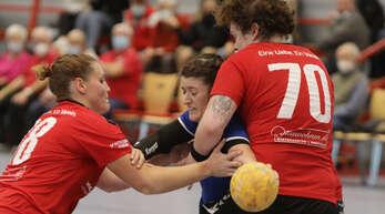 Sophia Körber hat hier mit den Altenheimerinnen Judith Förster (l.) und Vanessa Szill (r.) zu kämpfen.