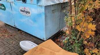 Eine ausgeleierte Matratze oder ein altes Waschbecken – solche Dinge gehören nicht an Altglas-Containern wie diesen an der Zunftstraße in Marlen entsorgt.