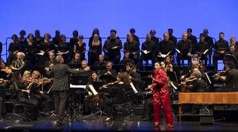 Die Balthasar Neumann Ensembles unter Leitung von Thomas Hengelbrock mit Sopranistin Nicole Chevalier (vorne rechts) als atemberaubende Elettra.