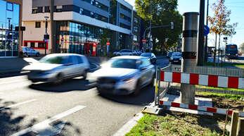 Die an der Straßburger Straße in Höhe des Bahnhofs installierten Radarsäulen sollen in Zukunft schwere Unfälle verhindern.