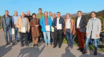 Die Staatssekretärin Sabine Kurtz inmitten der Winzer, die sich an der Neuordnung der Rebflur beteiligten und als Anerkennung eine Urkunde von Landesminister Hauk erhielten.