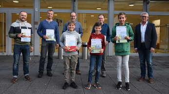 Bürgermeister Uwe Gaiser (rechts) hat in der Gemeinderatssitzung die Gewinner der Aktion Stadtradeln 2021 geehrt und ihnen neben den Siegerurkunden Einkaufs- und Vespergutscheine überreicht.