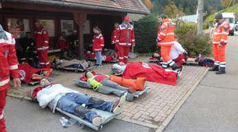 """Die Feuerwehr probte bei der Schreinerei """"Müller Manufaktur"""" den Ernstfall. Hier das """"Verletztenlager""""."""