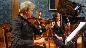 László Fogarassy und Miri Yoo an den Violinen begeisterten beim jüngsten Wolfacher Konzert im Blauen Salon mit dem Rest des Streicher-Quintetts und der Pianistin Katja Poljakova.