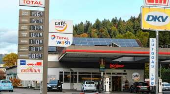 Für viele ein Ärgernis, für jene, die beruflich aufs Tanken angewiesen sind, ein handfester Nachteil: die aktuellen Spritpreise vom Dienstagabend an der Tankstelle am Hausacher Hechtsberg.
