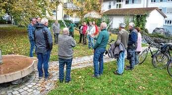 Über die geplante Einrichtung eines verkehrsberuhigten Bereichs in der Holzstraße diskutierten auf dem Dichmüllerplatz rund 20 Landwirte aus Oberachern.