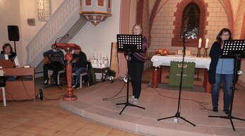 """Die Sängerinnen Jutta Lux und Martina Schmidt (rechts) setzten zusammen mit der """"Gottesdienst anders""""-Band wieder die musikalischen Akzente."""