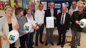 2015 wurde Schiltach erstmals zur Fairtrade-Town ernannt. Hier ein Bild von der Steuerungsgruppe mit Vertretern der Kampagne und der Stadt bei der Auszeichnung.