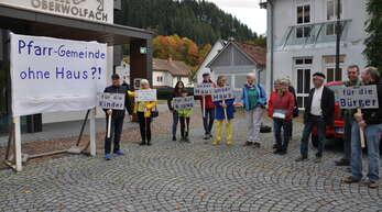 Diese Bürger sind gegen eine Vermietung des Hauses der Pfarrgemeinde. Vor der Festhalle machten sie mit Plakaten auf ihr Anliegen aufmerksam.