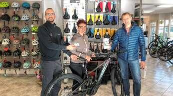 Sabine und Jürgen Prescher (rechts) schauten sich bei Fahrrad am Bächle nach E-Bikes um, Martin Sum überreichte ihnen gleich die neuen Heimatkärtle.